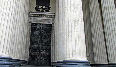Дверь между колонн